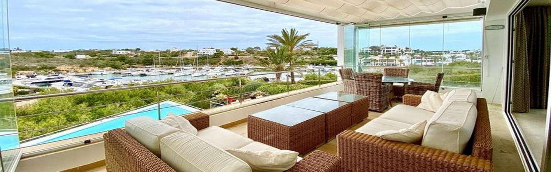 Moderne Villa mit Pool und Blick auf den Yachthafen in Cala d'Or
